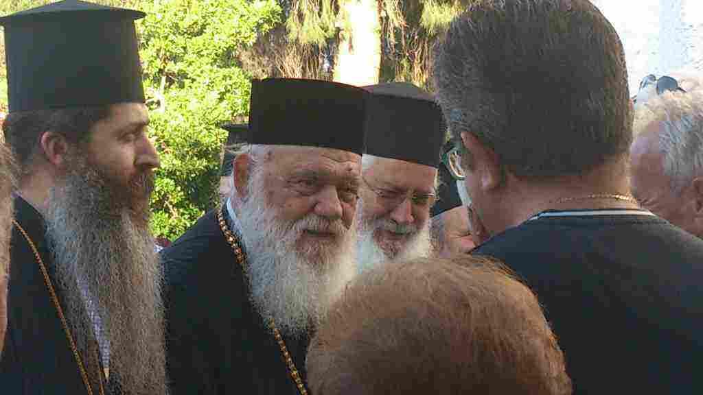 Ο Αρχιεπίσκοπος Αθηνών και πάσης Ελλάδος κ.κ. Ιερώνυμος κατά την έλευση του στο εκκλησάκι των Αγ. Αναργύρων Οινοφύτων