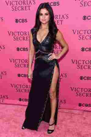Η Selena Gomez με ένα φόρεμα Louis Vuitton και παπούτσια Jimmy Choo . Προσωπικά πιστεύω ότι η εμφάνιση της είναι πολλή θηλυκή.