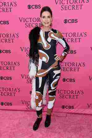Η ηθοποιός Lois Robbins πήρε το ρίσκο να βάλει ένα catsuit Dior. Ο καθένας έχει το γούστο του…