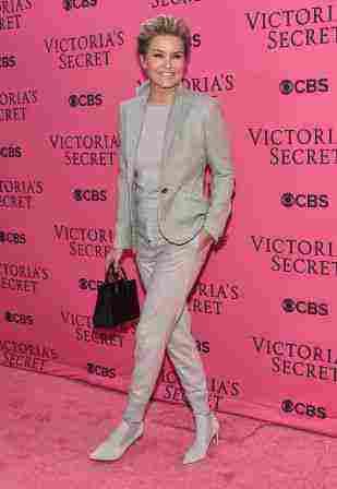 Η Yolanda Foster υποστήριξε την κόρη της Gigi στην γκρι εμφάνιση.