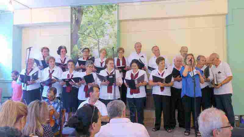 Χορωδία ΚΑΠΗ Αυλώνα - Διεύθυνση Χορωδίας κ. Αθανασία Βόγλη - Στην προσφώνηση η κ. Ελεάνα Καπράνου, εκπρόσωπος της Κ.Ε.Δ.Ω.