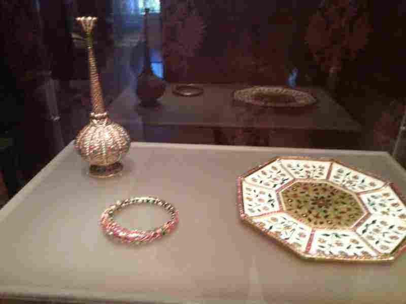 Μυροδοχείο, Δίσκος και Βραχιόλι. Χρυσός, πολύτιμοι λίθοι, σμάλτο και μαστίχη (17ος αιώνας).